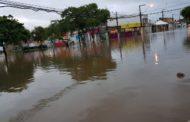 Canal do Santa Lúcia transborda e deixa população ilhada