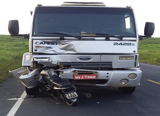 Acidente entre caminhão e moto causa morte no interior de Sergipe