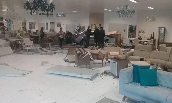 Condutor perde controle de veículo e invade loja de móveis em Aracaju