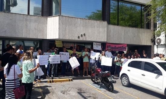 Pais protestam contra plano de saúde que nega assistência a bebê
