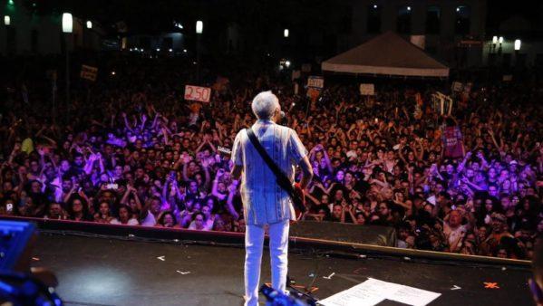 Gilberto Gil canta para uma multidão e relembra sucessos da carreira em São Cristóvão