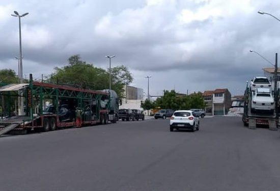 Assaltantes furtam dois carros de carreta cegonha estacionada na Praça dos Expedicionários