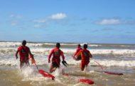 Quatro pessoas são resgatadas após embarcação naufragar e deixá-las ilhadas no Rio Vaza Barris; assista