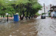 Sábado começa com chuvas não previstas e alagamentos são registrados na Grande Aracaju