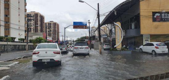 Chuvas tendem a diminuir até início da tarde, diz Defesa Civil
