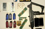 Polícia é acionada para ocorrência de violência doméstica e encontra criança desacordada, metralhadora e granadas em apartamento