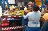 Vendedor ambulante tem mercadoria recolhida por fiscais da Emsurb; assista
