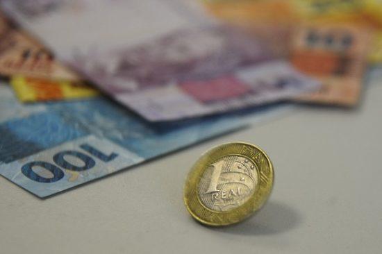 Sete em cada dez brasileiros estão endividados, revela CNC. O número é recorde