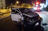 Motorista embriagado perde controle da direção do veículo e bate em poste
