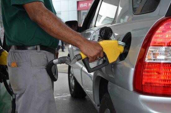 Preço da gasolina sobe 12% para distribuidoras