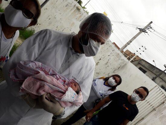 Mãe e bebê passam bem após parto ocorrido dentro do carro; assista