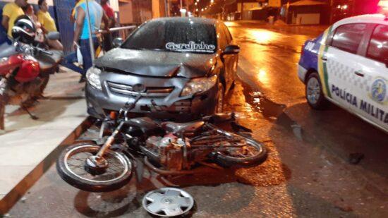 Condutor embriagado perde controle do veículo e colide em uma moto e dois carros estacionados
