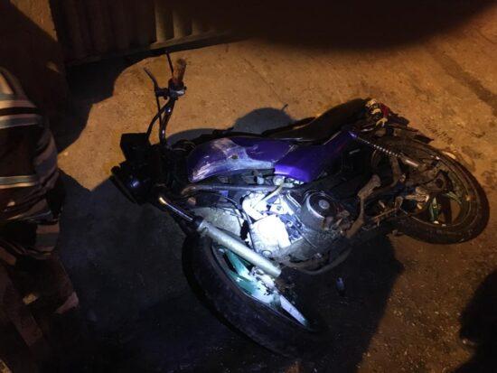 Motociclista sem habilitação e com moto sem registro no Detran morre após colidir em barra de ferro
