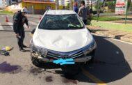 Motorista com sintomas de embriaguez perde controle de carro e bate em veículos estacionados