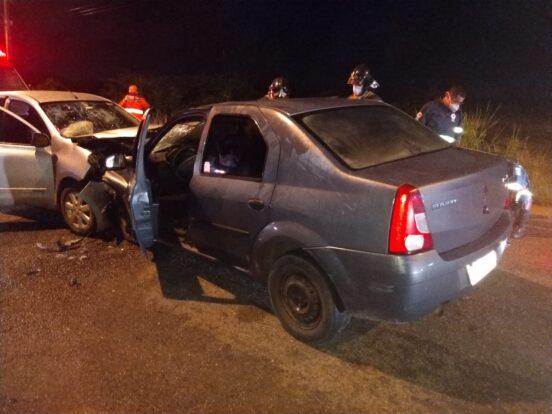 Colisão frontal entre veículos deixa duas crianças feridas