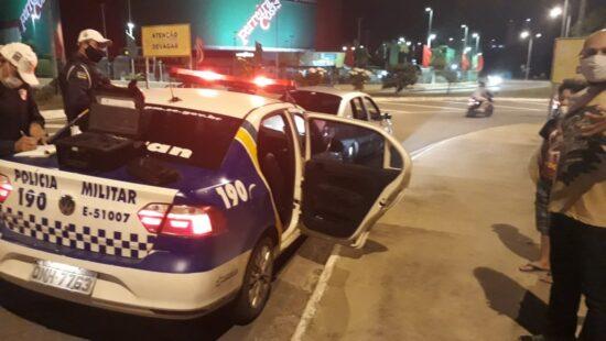 Polícia flagra motorista realizando manobra arriscada na Avenida Tancredo Neves