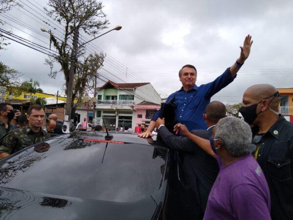 Bolsonaro diz para menino tirar máscara antes de cumprimentá-lo em Eldorado, SP