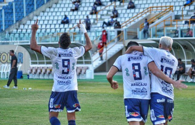 Confiança vence Oeste com três gols de Renan Gorne