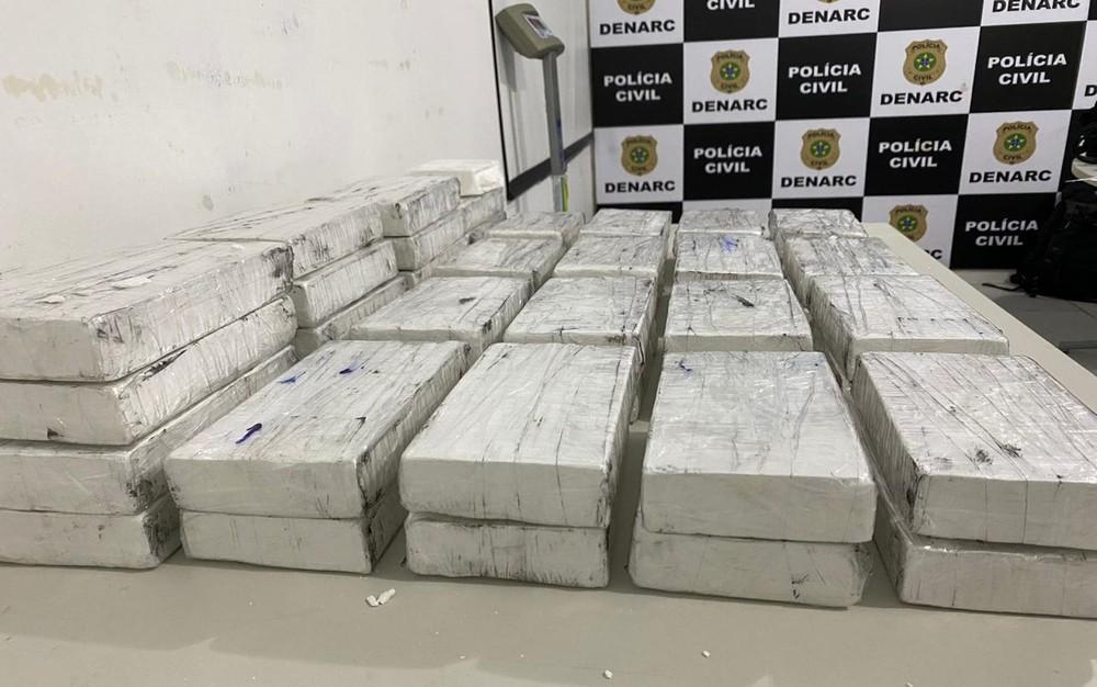 Operação policial apreende mais de 56 kg de drogas e material de campanha eleitoral