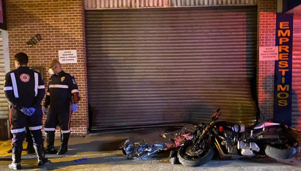 Motociclista morre após bater contra fachada de loja, em Aracaju