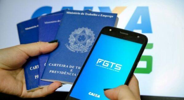 Trabalhadores podem solicitar saque de R$ 1.045 do FGTS até quinta-feira, 31