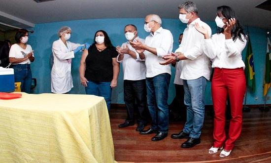 Enfermeira do Huse é a primeira vacinada contra Covid-19 em Sergipe