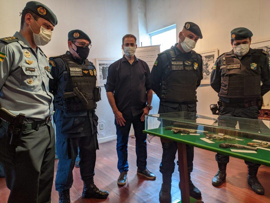 Comandante-geral visita Museu da Polícia Militar de Sergipe e doa equipamentos para o acervo