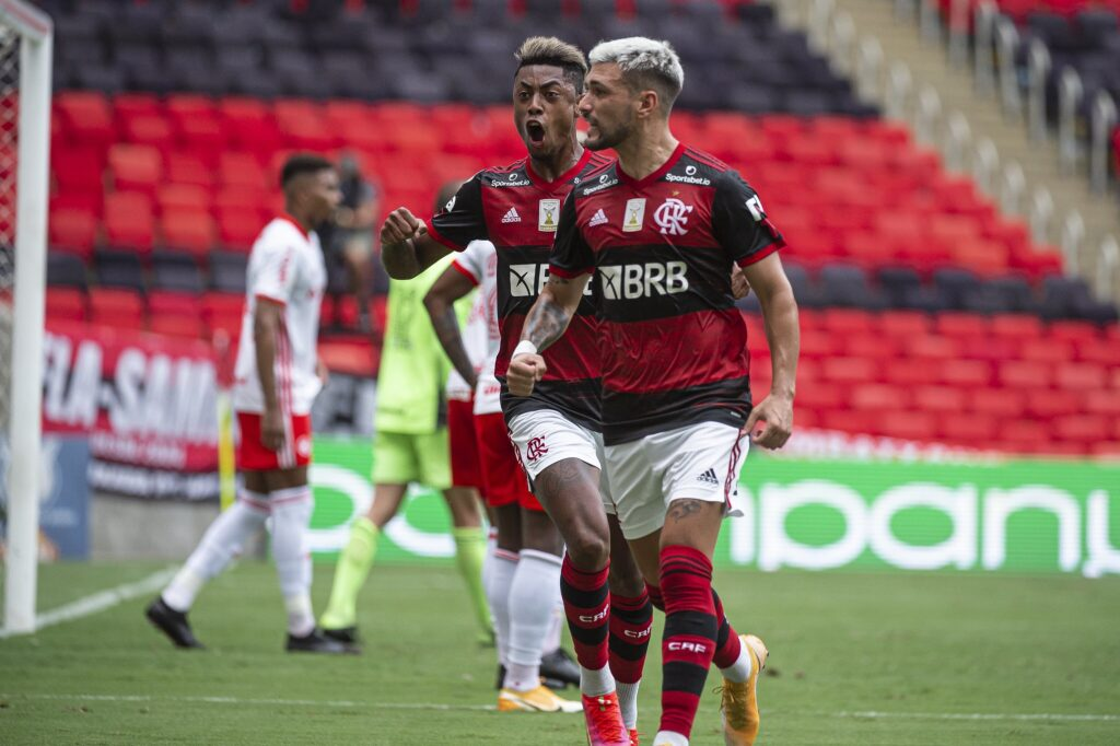 Flamengo vira sobre o Internacional e assume a liderança do Brasileirão
