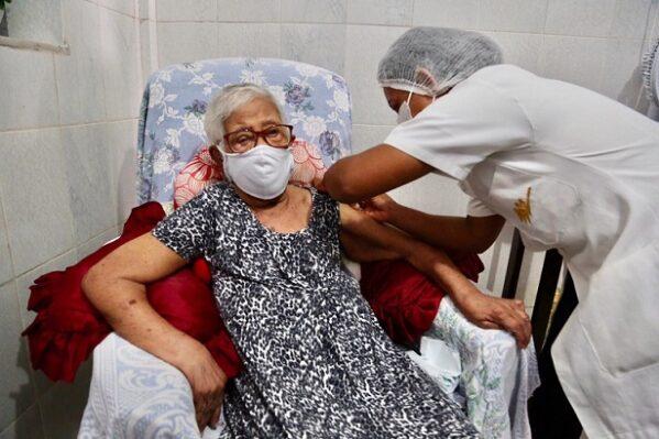 Idosa de 101 anos é vacinada contra covid-19 e dá início à segunda etapa de imunização em São Cristóvão