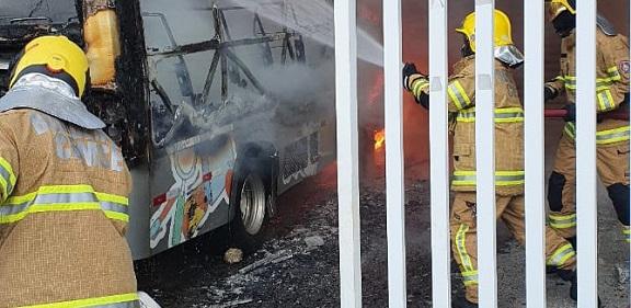 Polícia Civil pede ajuda para identificar suspeito de queimar de propósito ônibus no Jardins