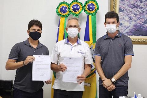 Prefeito de São Cristóvão entrega à Câmara de Vereadores Projeto de Lei para compra de vacinas