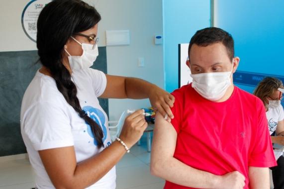 Sergipe antecipa a vacinação de autistas e pessoas com Síndrome de Down contra a Covid-19