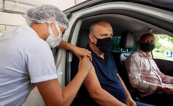 Governador Belivaldo Chagas é vacinado contra a Covid-19 em Aracaju
