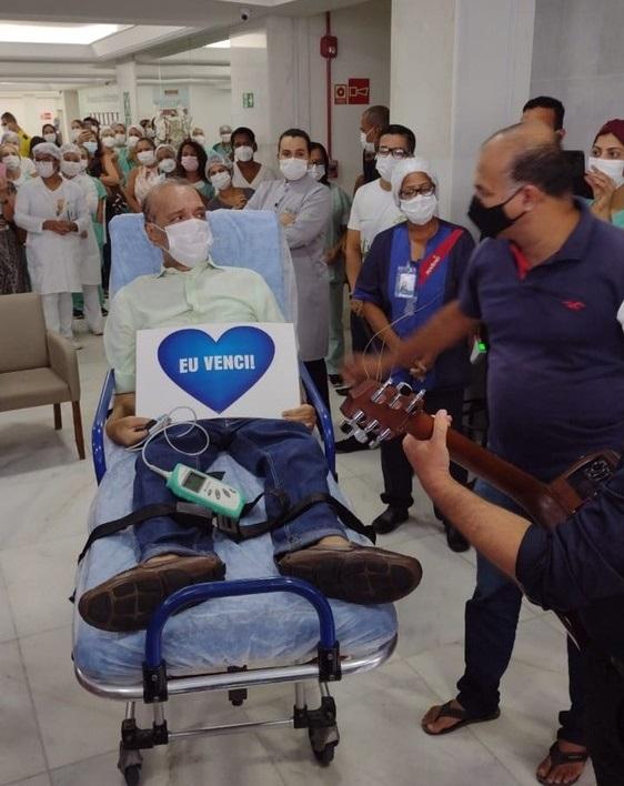 Após mais de cem dias internado, radialista Bareta recebe alta hospitalar