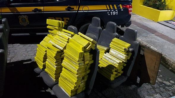 Em Sergipe, PRF apreende 236 tabletes de maconha prensada em micro-ônibus