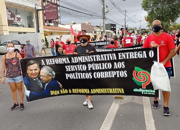 Em Sergipe, manifestantes vão às ruas protestar contra o Governo Federal