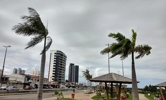 Após fortes rajadas de vento, Defesa Civil segue em alerta na capital