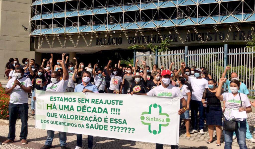 Trabalhadores da FHS e da SES começam greve e fazem ato na frente do Palácio dos Despachos
