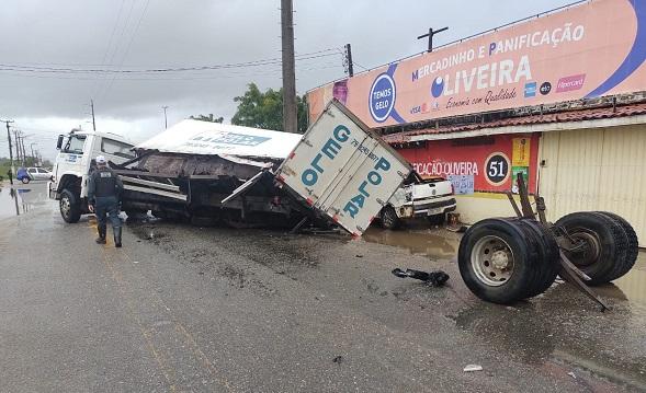 Motorista com sintomas de embriaguez provoca acidente na Rodovia dos Náufragos