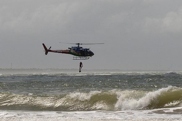 Grupamento Tático Aéreo salva vítima de afogamento na Atalaia Nova