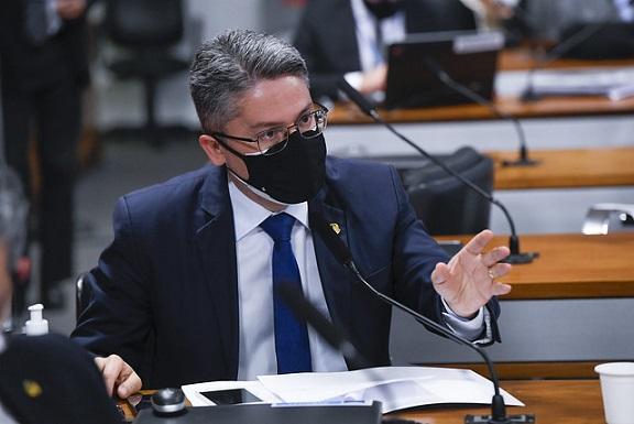 Bolsonaro vai para a cadeia se tentar golpe, diz Alessandro Vieira
