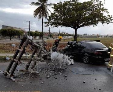 Carro colide com poste em rodovia na Grande Aracaju
