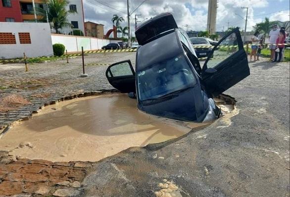 Carro cai em cratera formada por vazamento de água em Aracaju