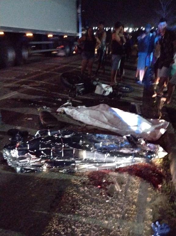 Colisão entre motocicleta e caminhão deixa dois mortos na BR-101 em Umbaúba