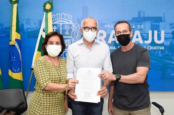 Prefeito de Aracaju sanciona lei que concede auxílio para professores