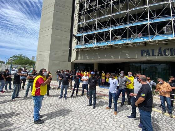 Servidores públicos protestam em frente ao Palácio de Despacho