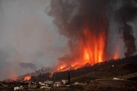 Vulcão Cumbre Vieja entra em erupção nas Ilhas Canárias; veja vídeos