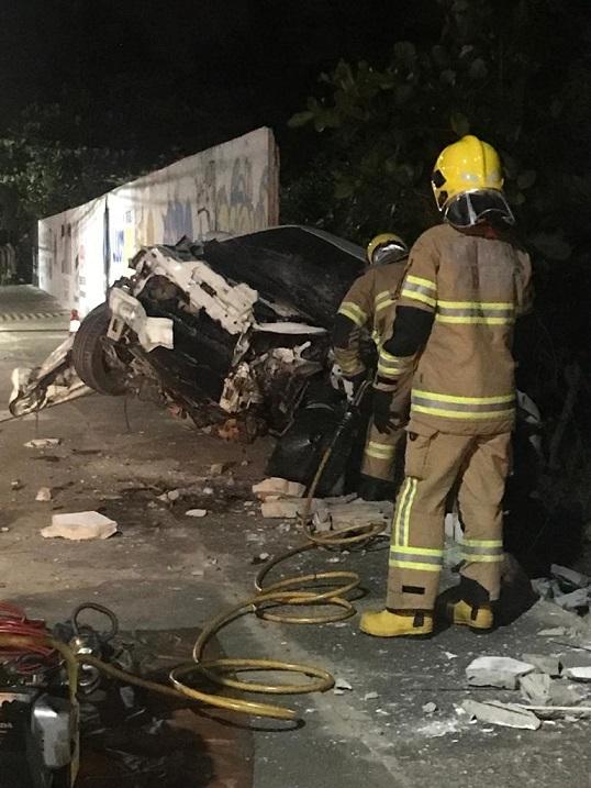Condutor morre e passageira fica ferida após veículo colidir contra um muro na Orla de Aracaju