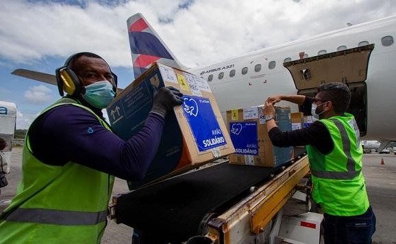 Pfizer completa entrega de 100 milhões de doses ao Brasil neste domingo