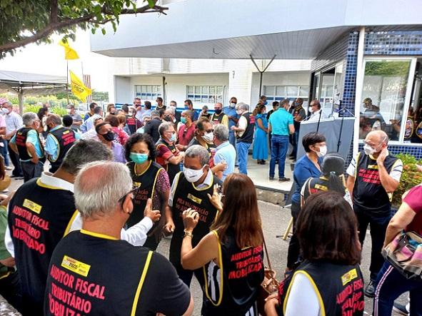 Representantes do Sindifisco protestam contra exoneração de auditores fiscais em frente à Alese